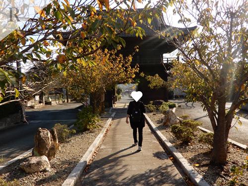 赤岩寺の山門を歩く女性