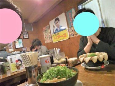 希望軒(姫路)でラーメンを食べる男女