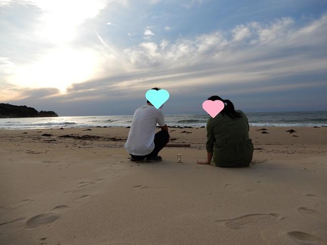 琴ヶ浜にいる夫婦