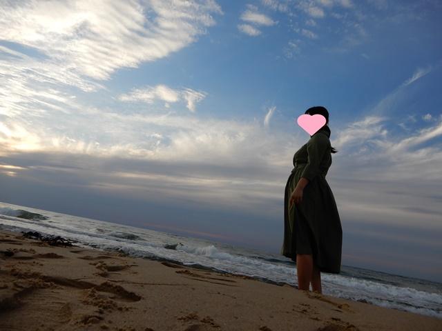 琴ヶ浜にいる女性