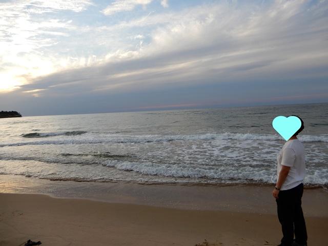 琴ヶ浜にいる男性